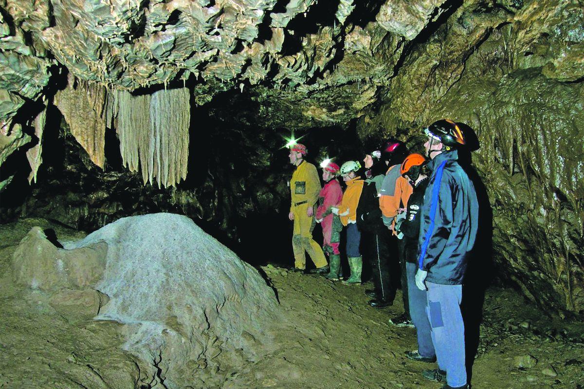 Speleologové vezmou turisty do podzemí po trase, kudy obvykle provádějí ministry.