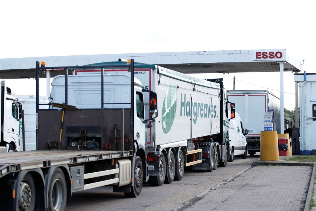 Britské kamiony čekají u pumpy