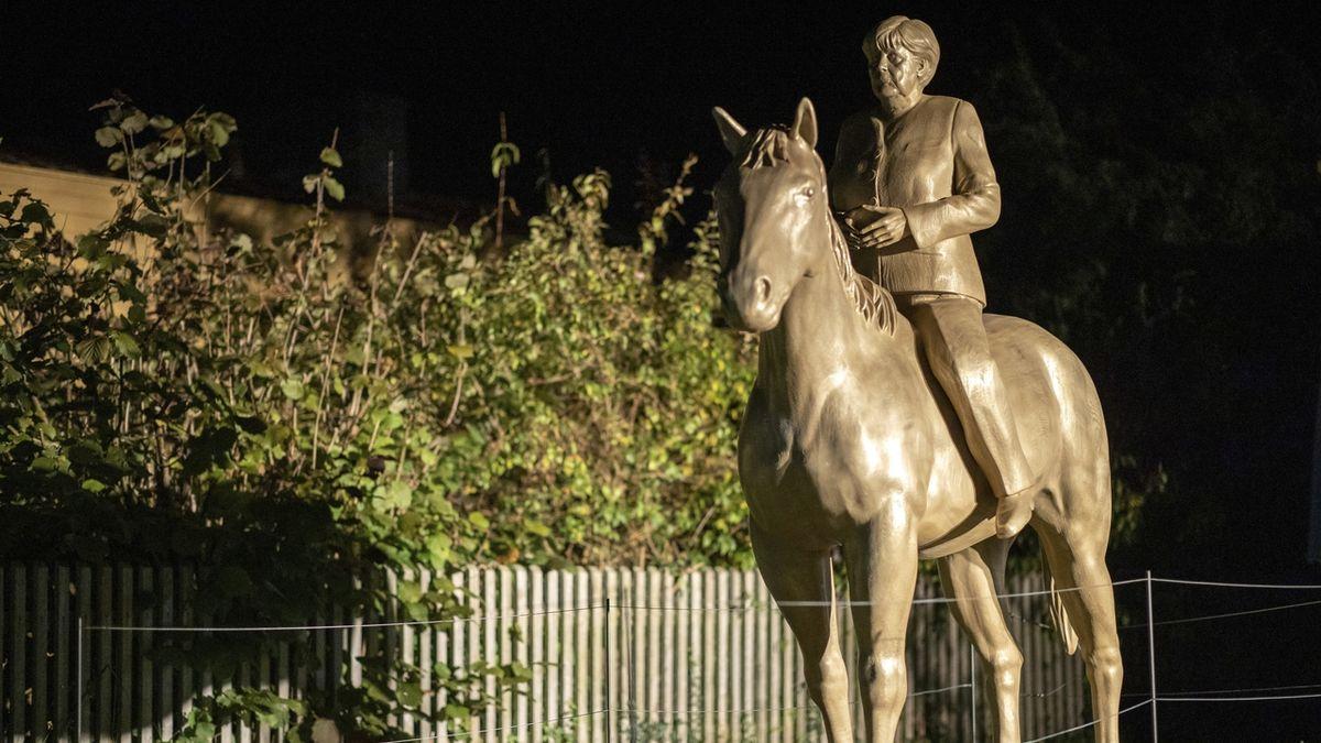 V Německu mají jezdeckou sochu Angely Merkelové
