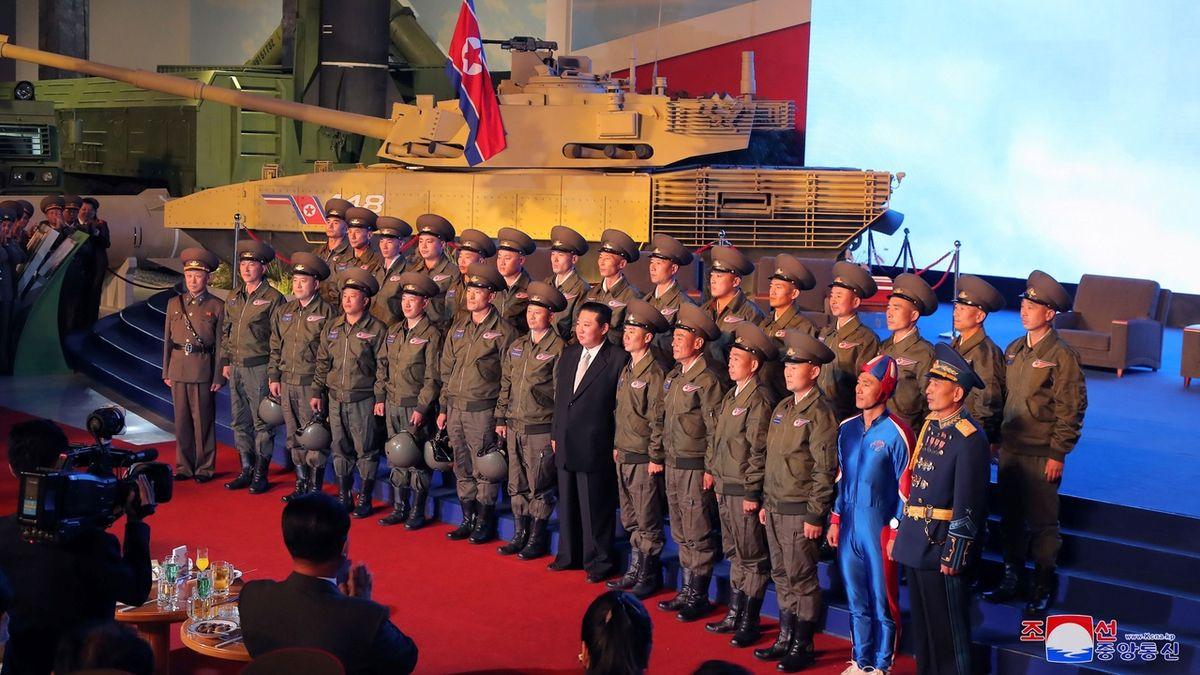 Fotografie z obranné konference KLDR vzbudila rozruch kvůli podivně oblečenému muži. Připomíná spíše postavy z komiksů než vojáka.