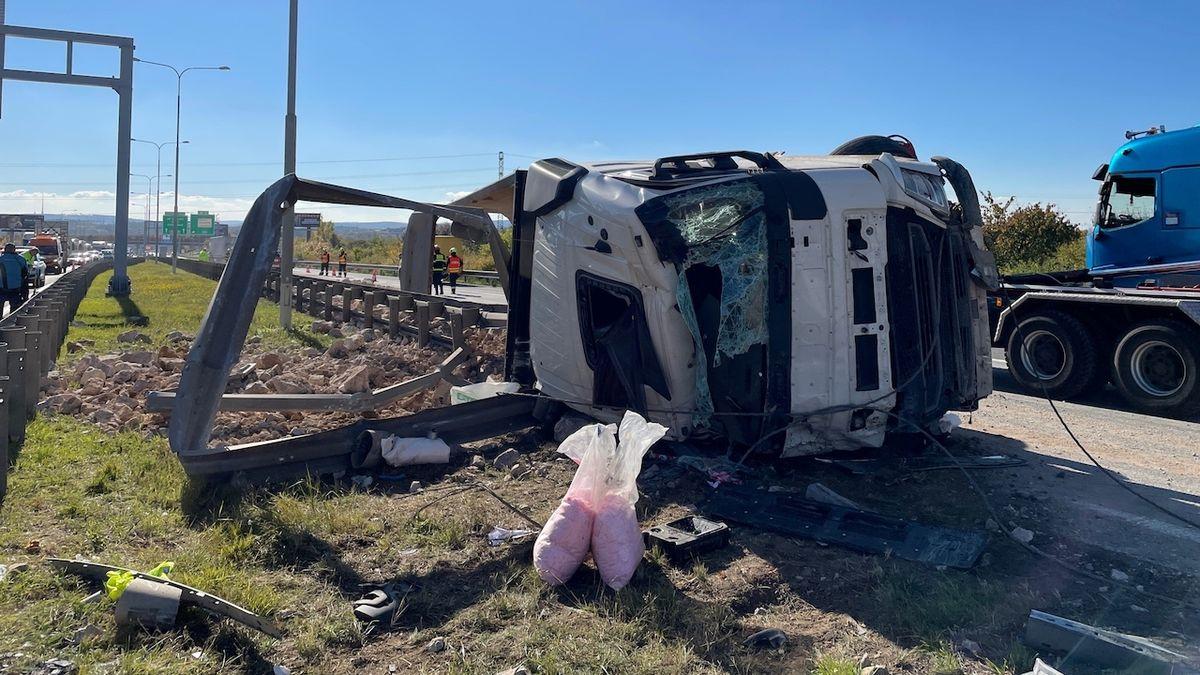 Na Pražském okruhu se převrátilo nákladní auto, náklad se vysypal