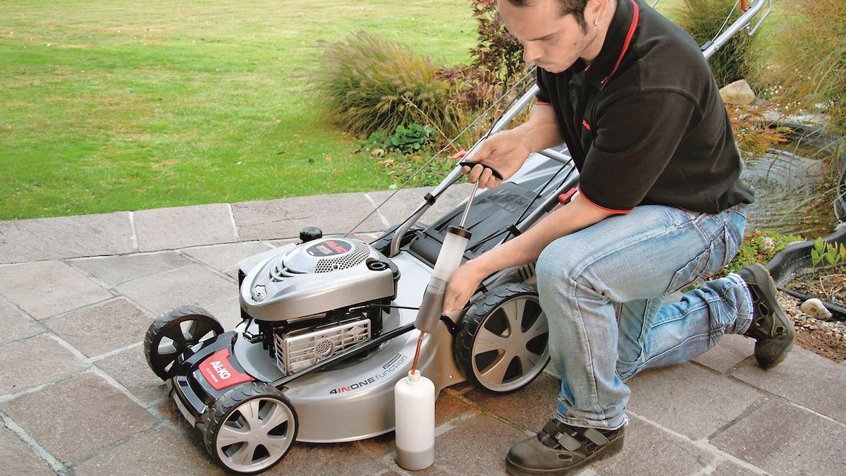 Třídílná sada na výměnu oleje značky AL-KO je vhodná pro všechny stroje určené k péči o trávník s benzínovým motorem. Čerpadlem odsajete vyjetý motorový olej, který prostřednictvím nálevky můžete odvádět do přiložené nádoby. Cena 299 Kč.