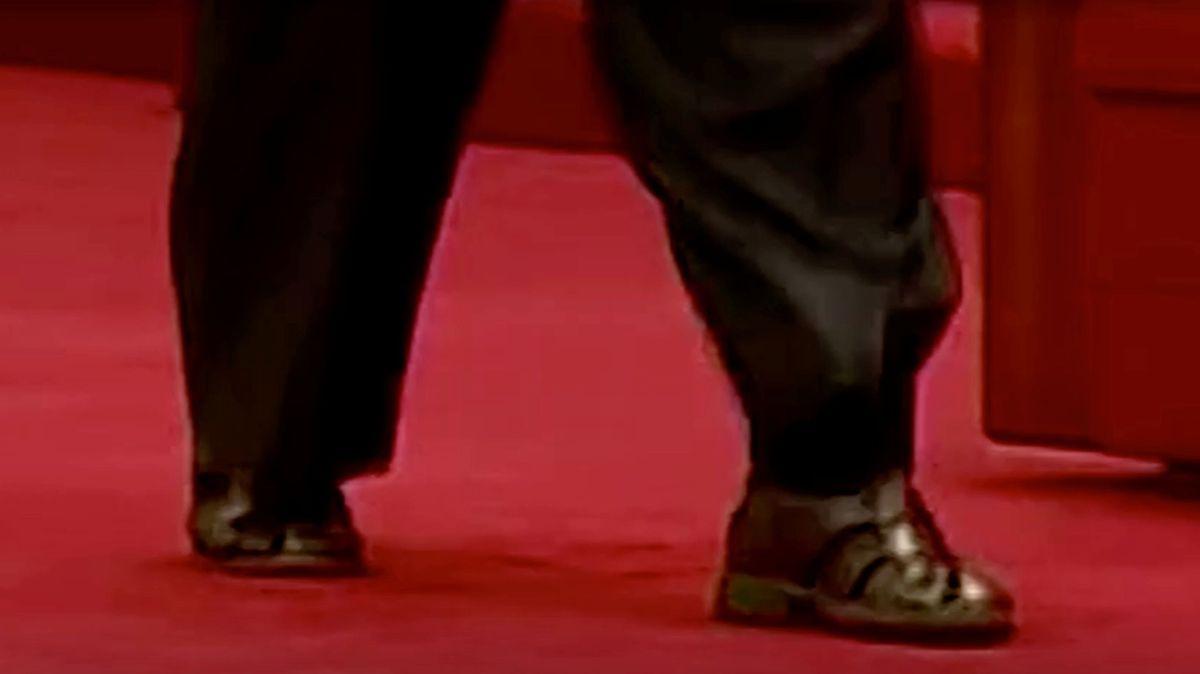 Kim Čong-un měl k obleku sandály