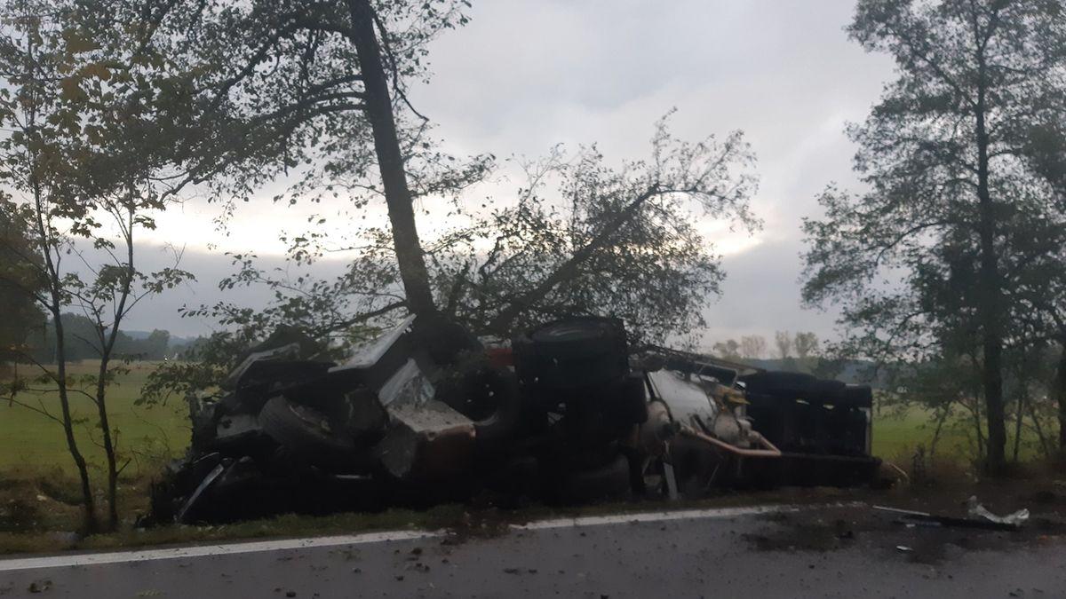 Při tragické nehodě u Chvojence na Pardubicku havarovalo osobní auto, dodávka a cisterna.