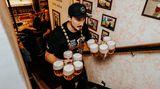 Natočil deset piv avyběhl snimi tři patra za minutu apůl