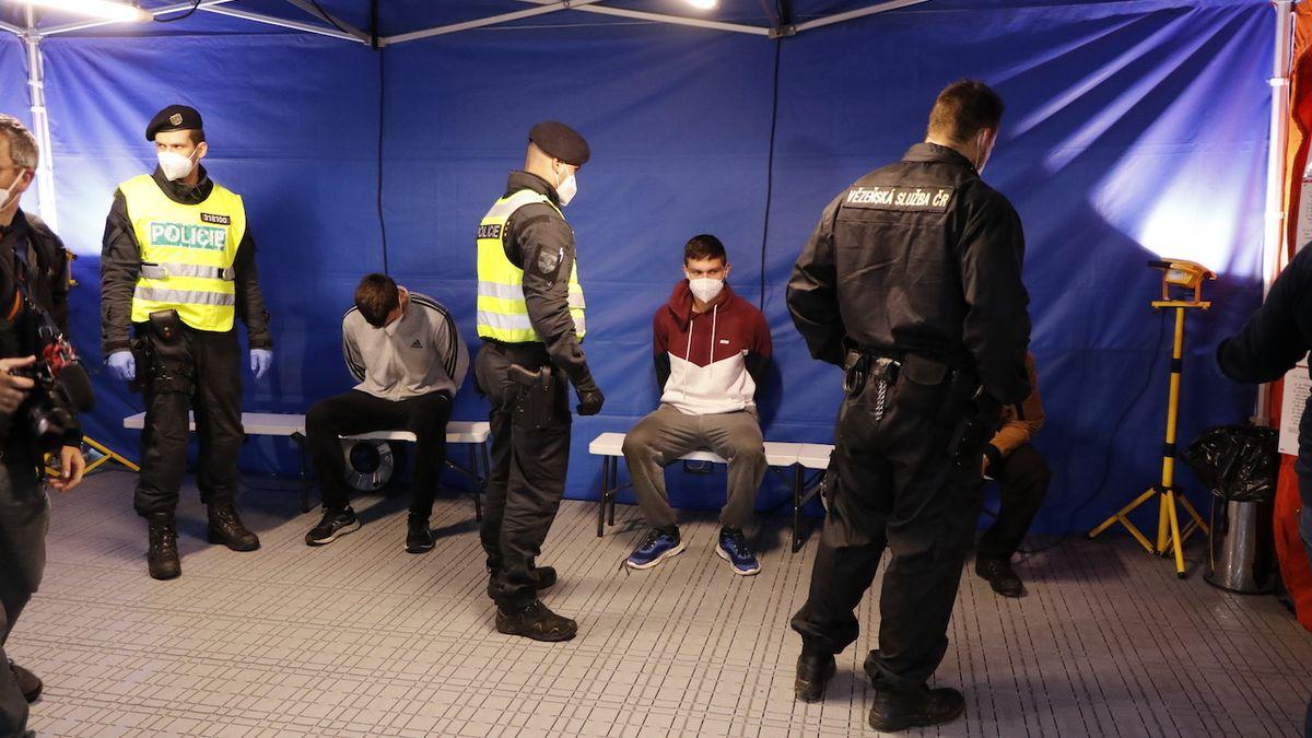 Policisté odvedli zadržené migranty – v tomto případě figuranty – na zdravotní kontrolu a test na onemocnění covid-19