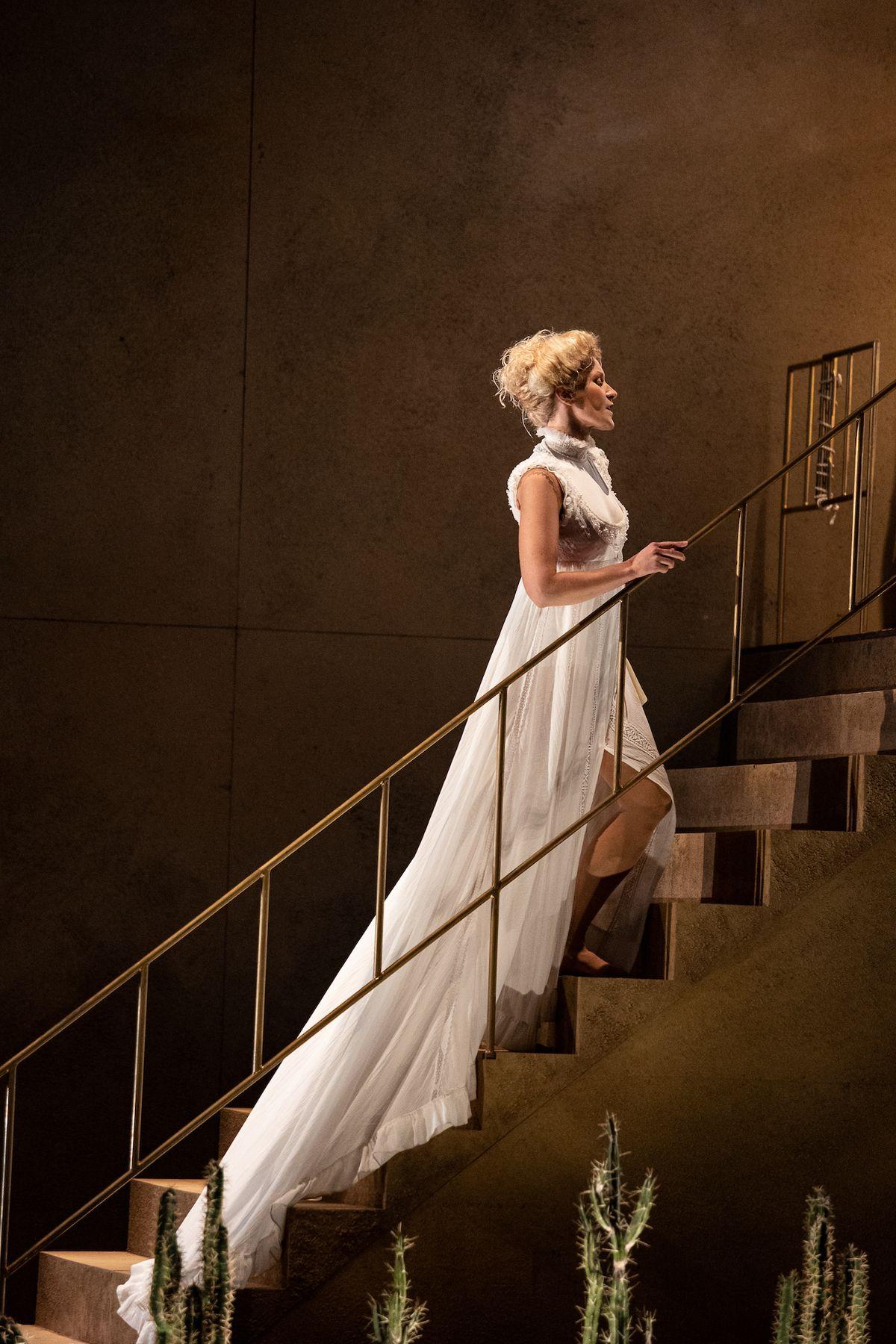 Arnheidur Eiríksdóttirová jako Rosina na první premiéře Lazebníka sevillského.