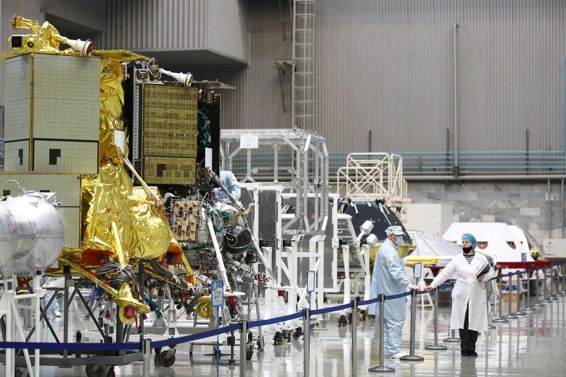Zleva maketa roveru ExoMars, vedle pak lunární přistávací modul Luna-25 na snímku z letošního března
