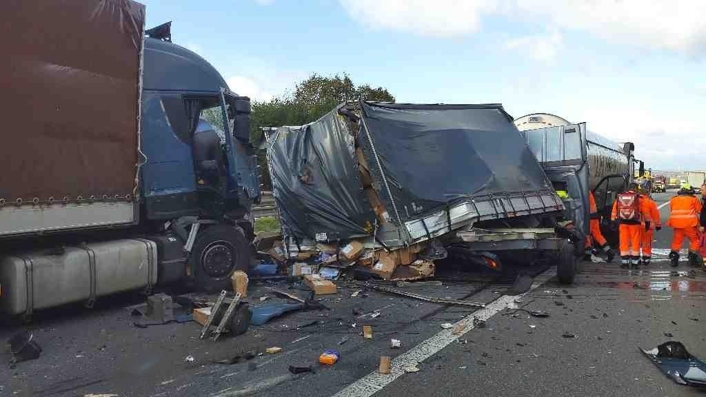 Na D1 u Vyškova se srazila tři nákladní auta, směr na Brno je zavřený