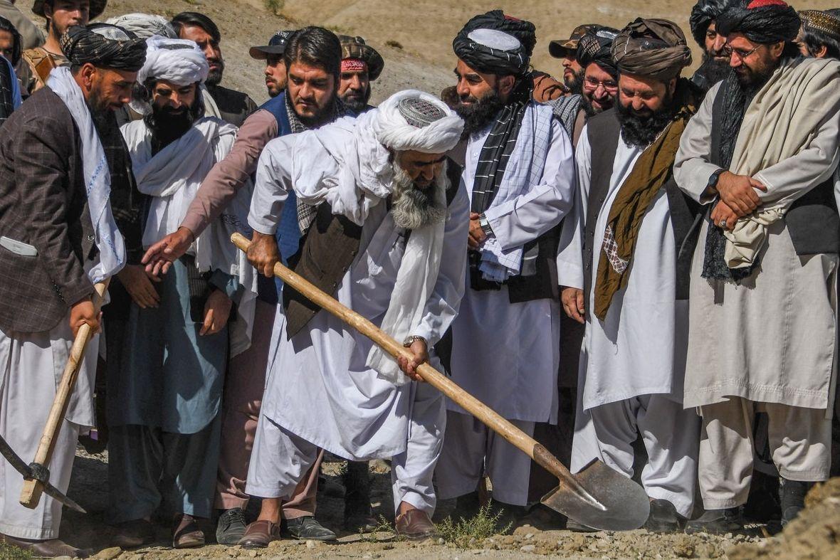 Tálibán nabídl lidem obilí výměnou za práci. Program zahájil mluvčí hnutí Zabíhulláh Mudžáhid (vpravo u muže s lopatou).