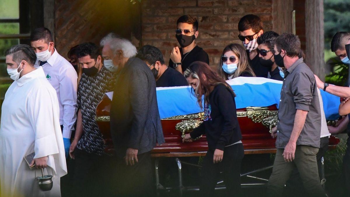 Zaměstnanci pohřebního ústavu si s tělem mrtvého Maradony fotili selfie