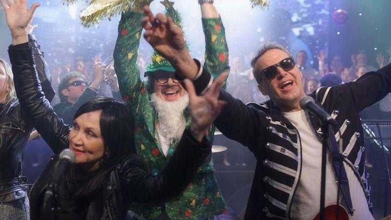 Jsou Vánoce, ty vole, znělo Lucernou. Bára Basiková nazpívala hit s kapelou Hrací skříň Praha