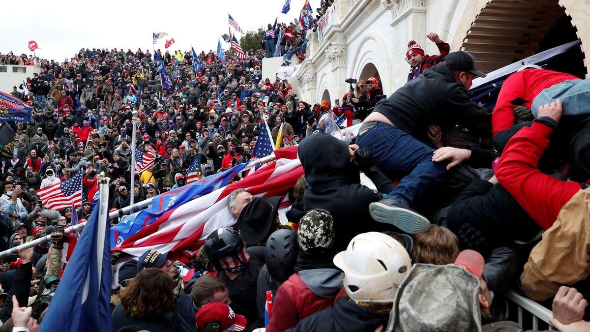 Vlajka Gruzie v davu před Kapitolem bavila sociální sítě