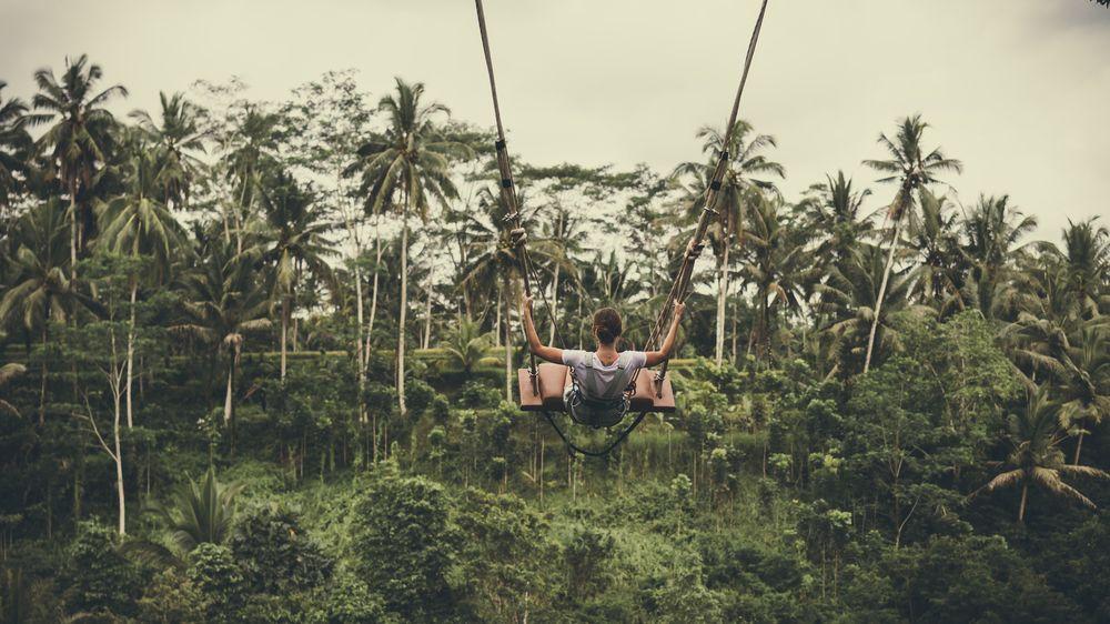 Turisté na Bali musejí za nenošení roušky dělat kliky