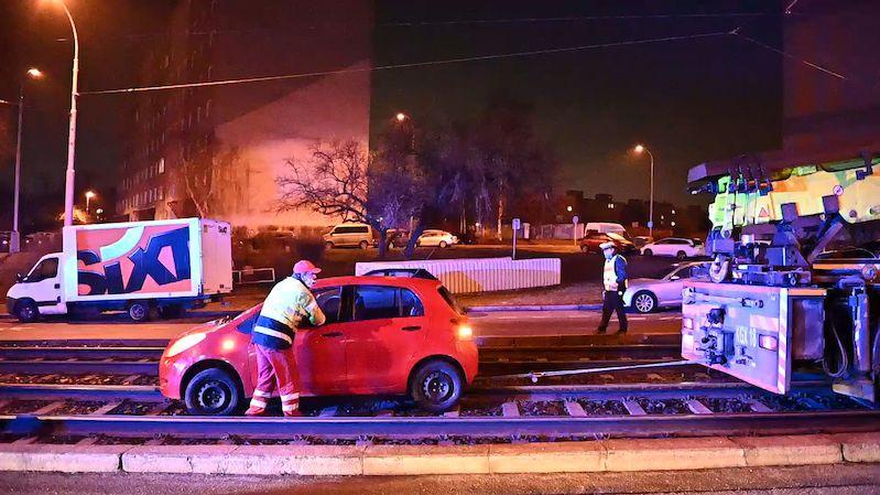 Opilý řidič jel v Praze tramvajovým kolejištěm