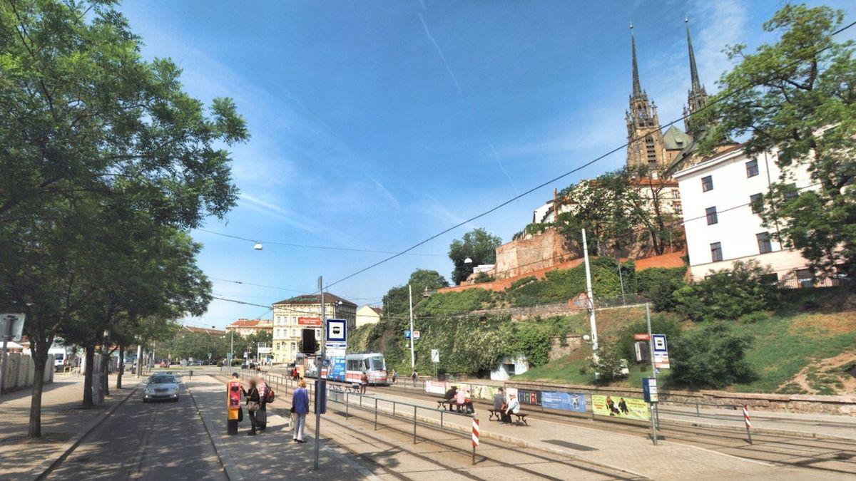 Tramvaj v Brně odjela se studentem, který vykládal kufry na refýž