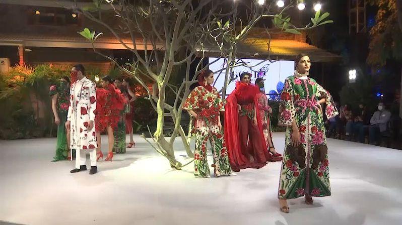 Čas na návrat do hry. Pákistánský týden módy ovládly barvy a vzory