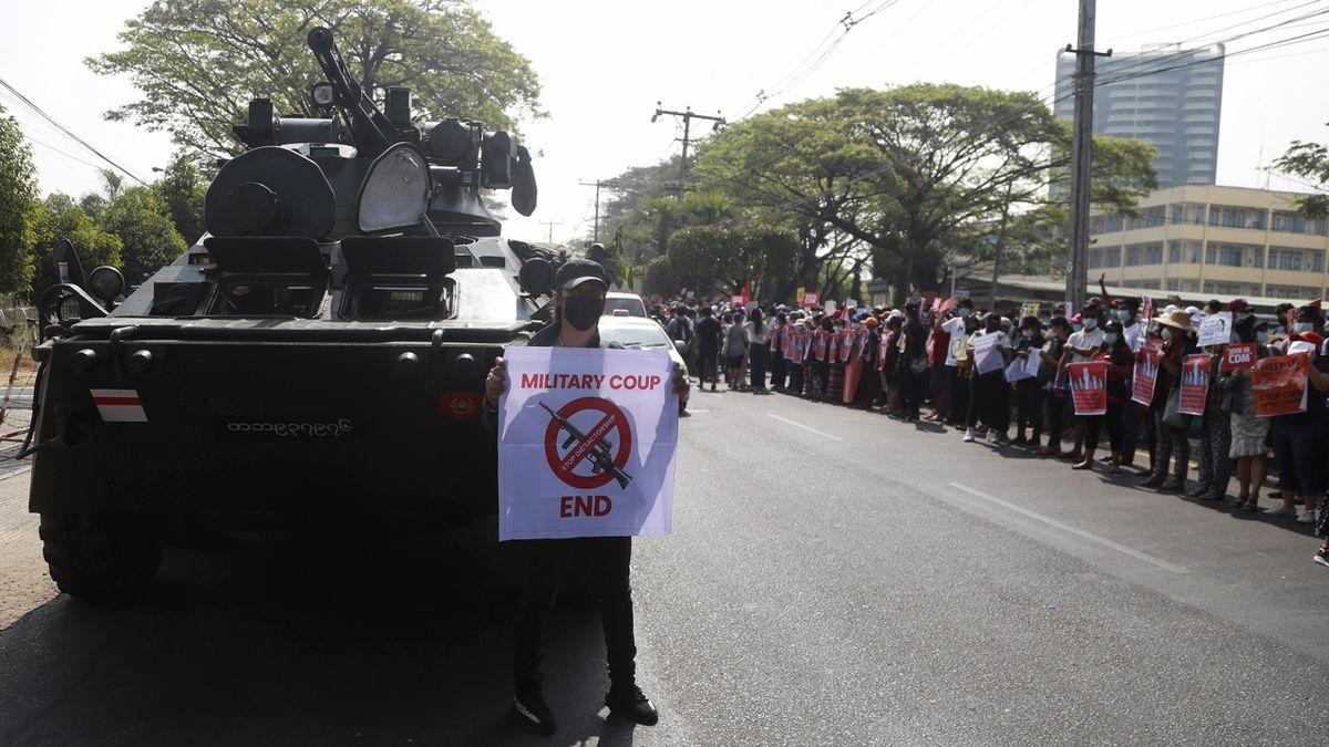 V Barmě se demonstruje navzdory tankům v ulicích