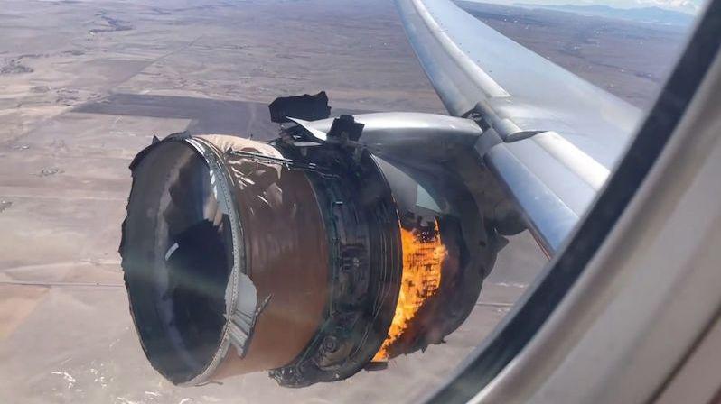 Pasažér natočil z první řady hořící motor letadla v Denveru