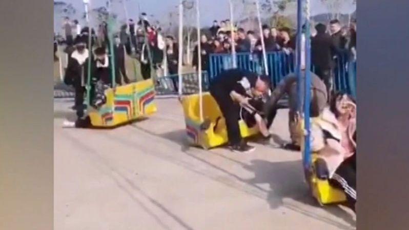 Návštěvník zábavního parku v Číně natočil, jak se s ním zřítil kolotoč