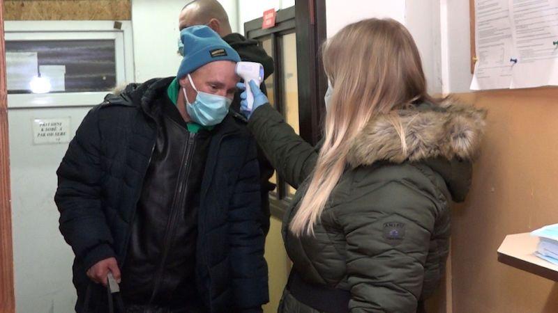 Mrazy zahnaly bezdomovce do ubytoven, musí navyšovat kapacity. Řeší se i koronavirus