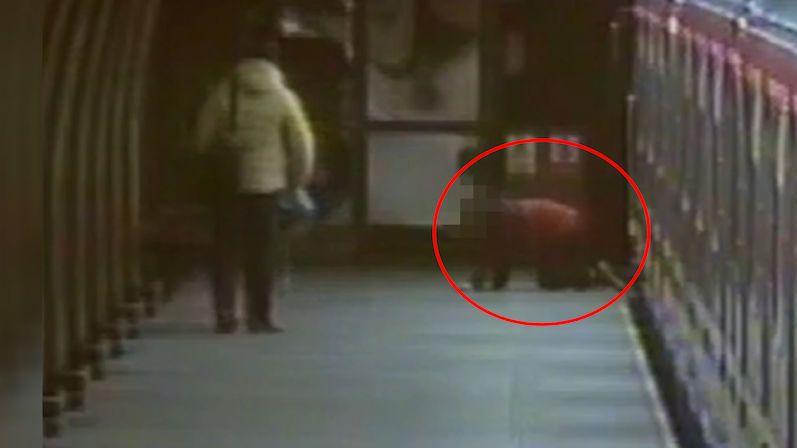 Čtrnáctiletý chlapec vylezl z metra po čtyřech. Nadýchal 3,5 promile