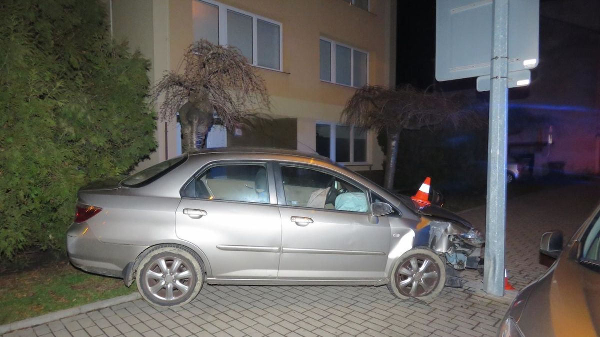Opilý řidič vjel v Českých Budějovicích na chodník. Zastavil ho až sloup