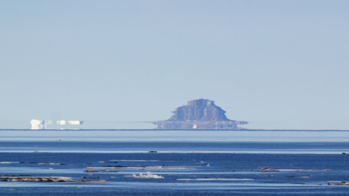 Loď vznášející se nad mořem. Brit vyfotil unikátní atmosférický jev
