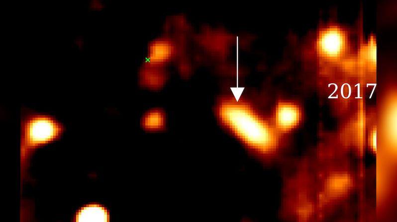 Astronomové poprvé pozorovali interakci hvězdné obálky s okolím supermasivní černé díry