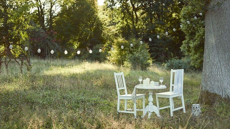 Trendem letošního roku je stolování v přírodě. Stačí zvolit vhodný nábytek
