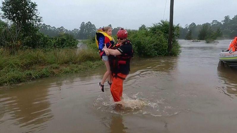 Povodně ohrožují západní Sydney, napršel přes metr vody