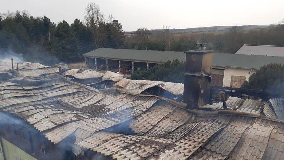 V Moravském Písku plameny připravily budovu o střechu, škoda půjde do milionů