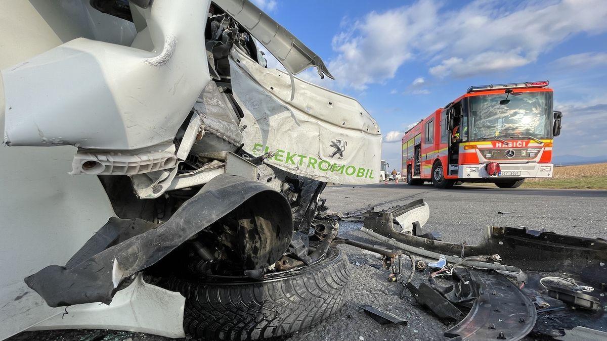 V Ostravě se srazil elektromobil s autobusem. Řidič peugeotu skončil v nemocnici