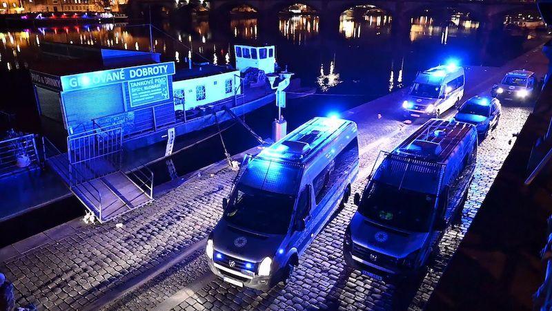 Megafon a majáky. Policisté se strážníky vyklidili pražskou náplavku