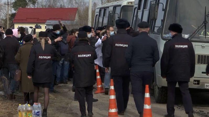 V Rusku zadrželi lékařku a zpravodaje CNN před věznicí, kde je Navalnyj