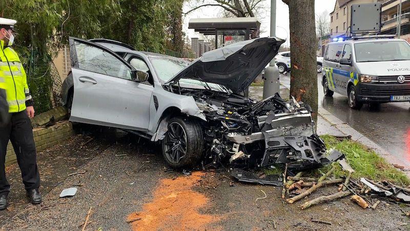Mladík v BMW v Praze smetl plynovou přípojku