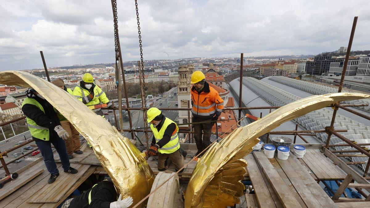 OBRAZEM: Fantovu budovu opět zdobí ikonická zlatá křídla