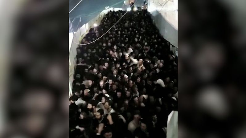 V Izraeli se během slavnosti strhla panika, v tlačenici zahynulo 44 lidí