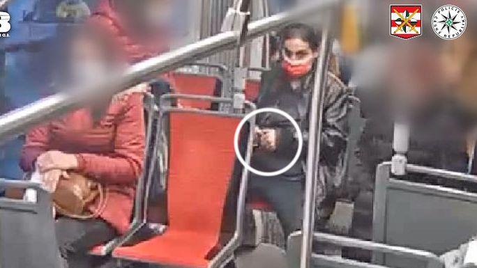 Zlodějka si přisedla k ženě v tramvaji a vytrhla jí mobil, zachytila ji kamera