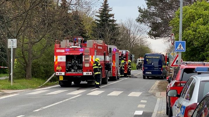 V pražském Suchdole dělníci poškodili potrubí, unikal tam plyn