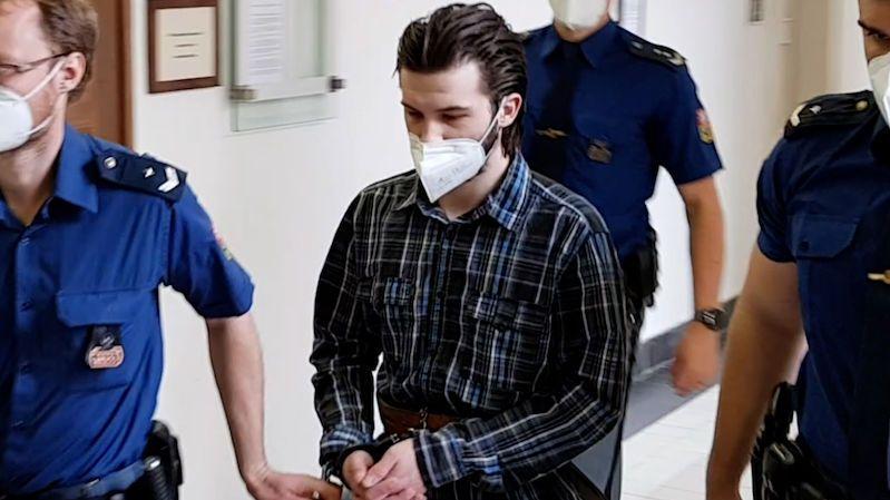 Vrah vlastní sestry škrtil ve vězení vychovatelku, soud mu snížil trest