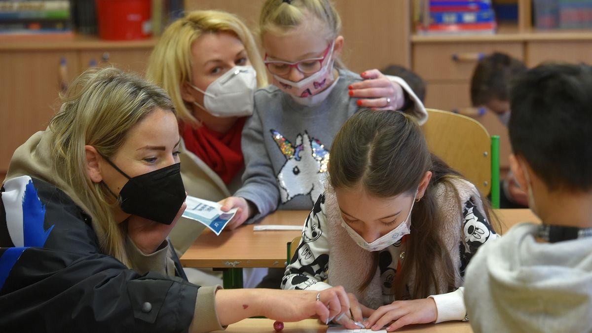 Pediatr: Děti z 1. a 2. třídy by klidně mohly být bez roušek