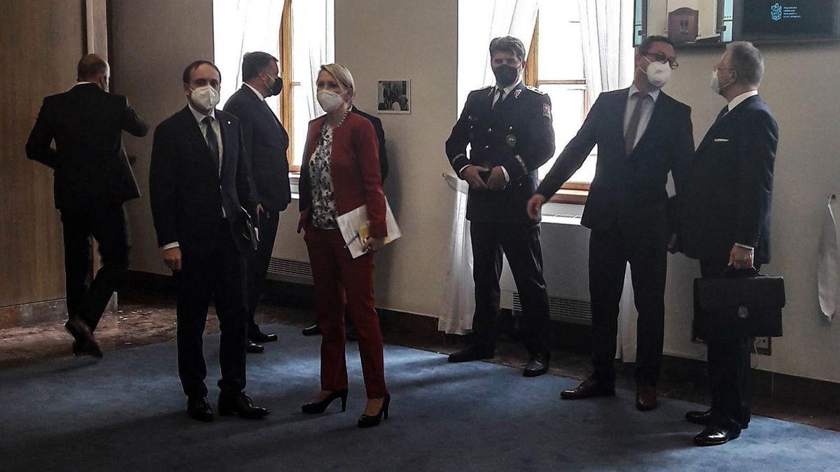 Poslanci odevzdali telefony, vypnula se wi-fi. Řešili Hamáčkovu cestu do Moskvy
