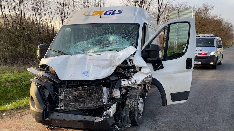 Kurýr v dodávce narazil ve Slaném do autobusu. Utrpěl těžké zranění