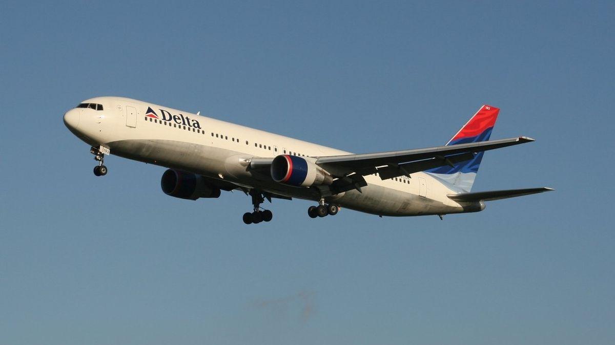 Připoutejte se, vystupuji, řekl za letu vyděšeným cestujícím muž v letadle