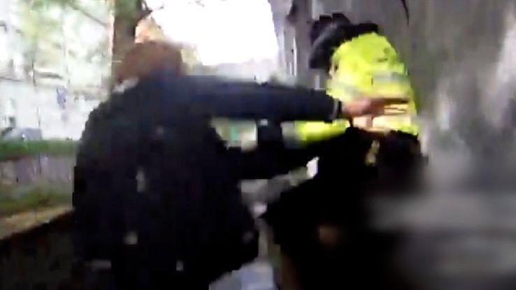 Muž močil v Brně na ulici a pak surově zbil strážnice. Útok zachytily kamery