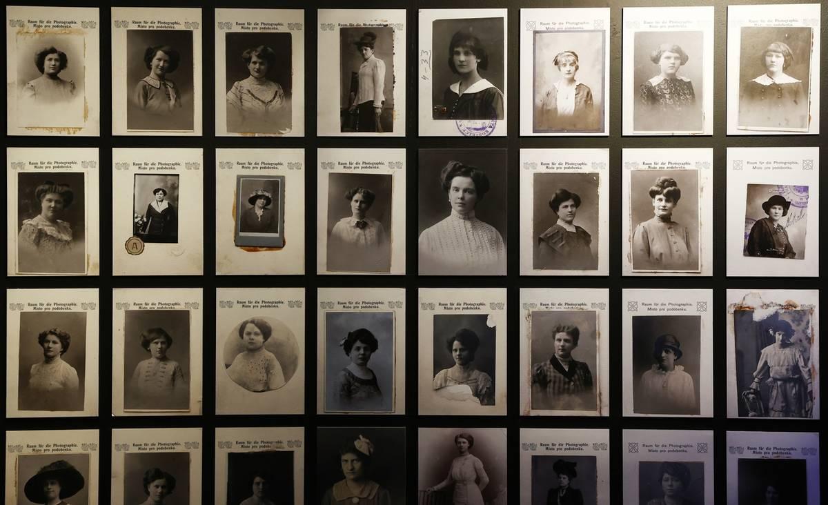Například pod písmenem A jsou dobové fotografie prostitutek v nevěstincích první republiky.