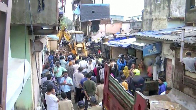 V Indii se zhroutil dům na sousední budovu, zahynulo 11 lidí včetně osmi dětí