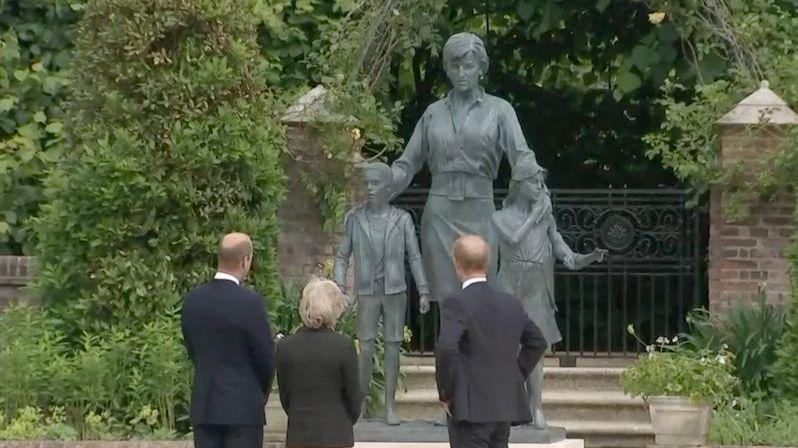 Princezna Diana má sochu. Na odhalení se potkali rozhádaní William a Harry