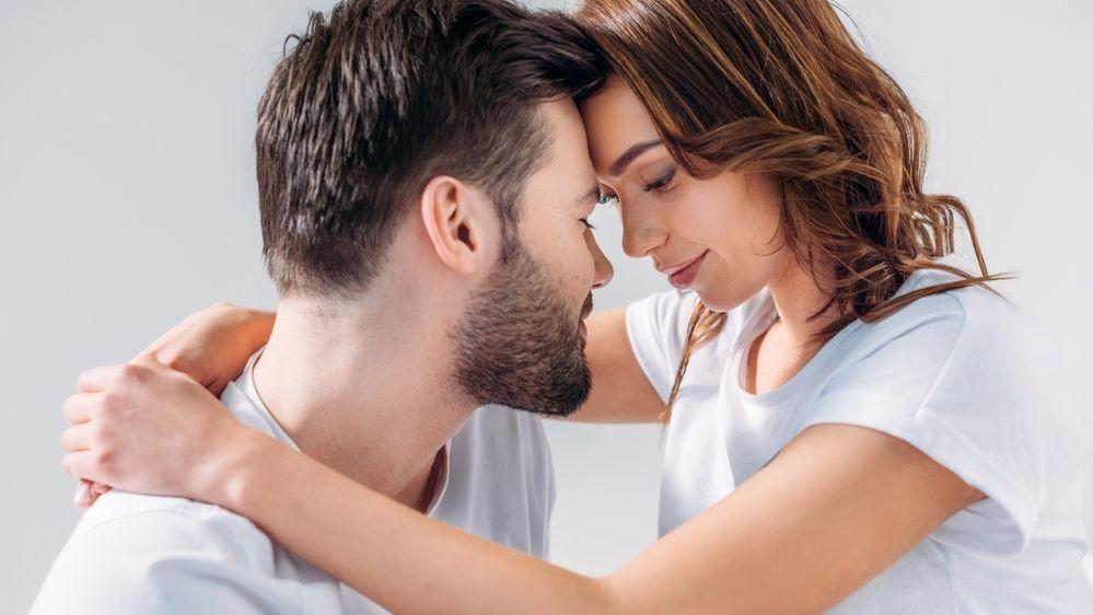 Jaké vlastnosti ovlivňují vznik romantické chemie mezi partnery